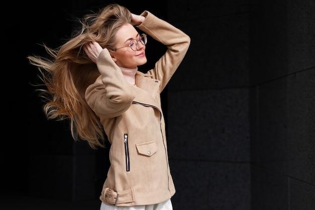 ブロンドは風の中で髪をまっすぐにします