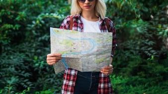 地図と金髪の観光客