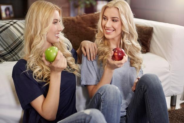 新鮮なリンゴを食べる金髪の双子