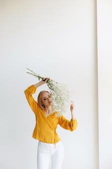 明るい背景に花と秋の化粧と金髪。ブロガー