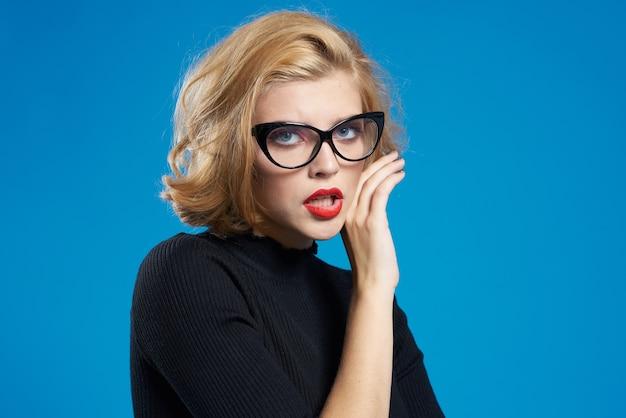 ブロンドの短い髪の赤い唇メガネ黒ジャケットブルー分離背景