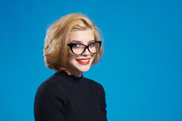 ブロンドの短い髪の赤い唇メガネブラックジャケットブルー分離。高品質の写真