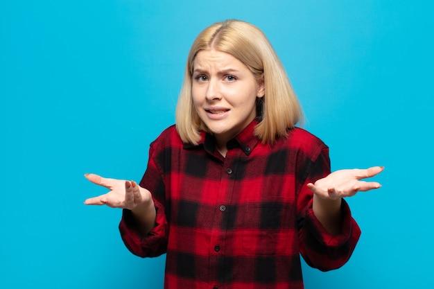 Блондинка чувствует себя невежественной и сбитой с толку, не уверенная, какой выбор или вариант выбрать, задается вопросом