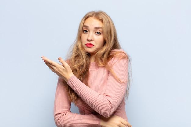 Блондинка чувствует себя смущенной и невежественной, гадая над сомнительным объяснением или мыслью