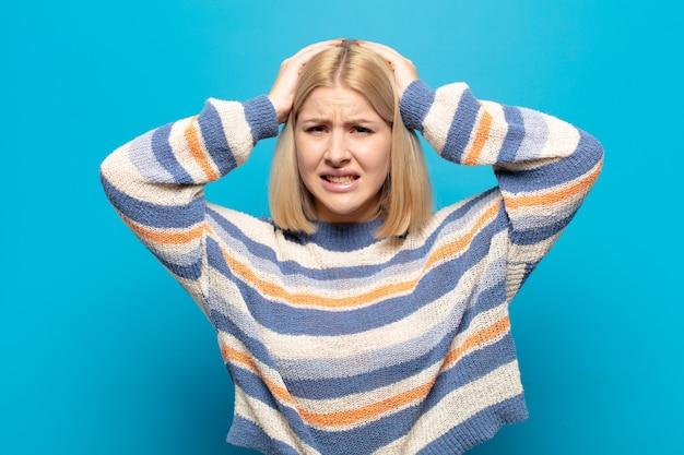 欲求不満とイライラ、失敗にうんざりしている、退屈で退屈な仕事にうんざりしている金髪の女性