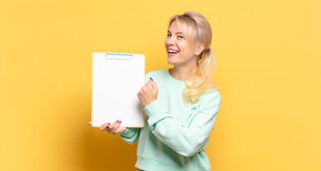 Блондинка чувствует себя счастливой, позитивной и успешной, мотивированной, когда сталкивается с проблемой или празднует хорошие результаты