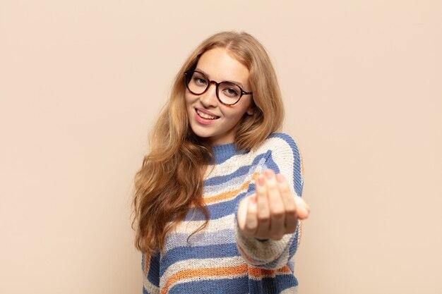 Блондинка чувствует себя счастливой, успешной и уверенной в себе, сталкивается с проблемой и говорит: давай, давай! или приветствуя вас