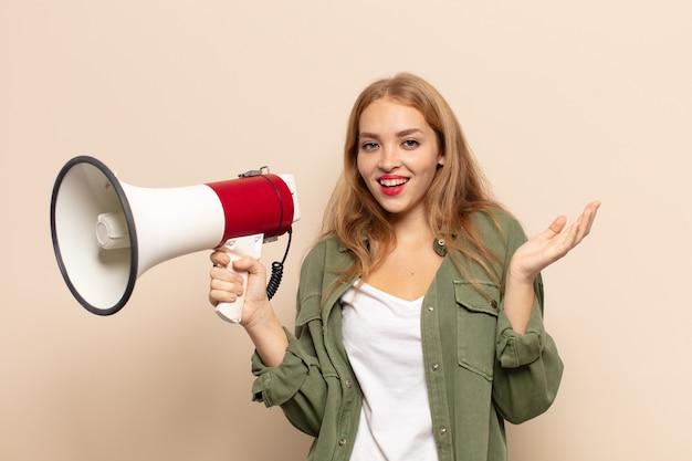 幸せ、驚き、陽気な感じ、前向きな姿勢で笑顔、解決策やアイデアを実現する金髪の女性
