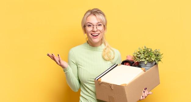 幸せ、驚き、陽気を感じ、前向きな姿勢で笑って、解決策やアイデアを実現する金髪の女性