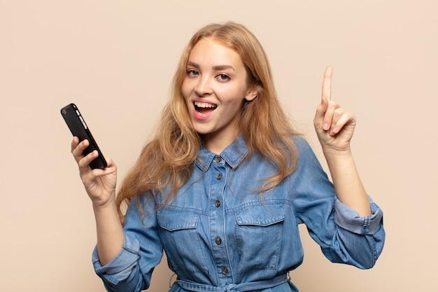 Блондинка почувствовала себя счастливым и возбужденным гением, реализовав идею, весело подняв палец, эврика!