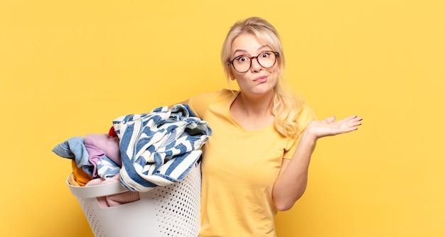 Блондинка чувствует себя озадаченной и сбитой с толку, сомневаясь, взвешивая или выбирая разные варианты с забавным выражением лица