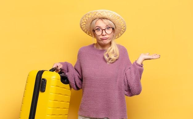 금발의 여자는 의아해하고 혼란스럽고 의심스럽고 가중치를 주거나 재미있는 표현으로 다른 옵션을 선택하는 느낌
