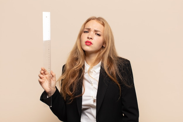 Блондинка чувствует себя грустной и плаксивой с несчастным взглядом, плачет с негативным и разочарованным отношением