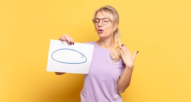 Блондинка чувствует стресс, тревогу, усталость и разочарование, дергает за шею рубашки, выглядит разочарованной проблемой