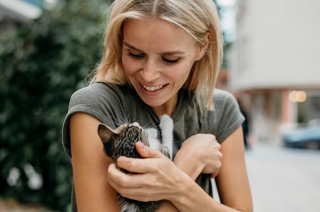 Блондинка женщина держит милый маленький кот