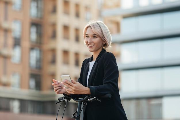 Блондинка женщина, держащая мобильный телефон