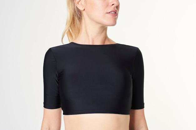 Блондинка в черном макете купальников с длинными рукавами