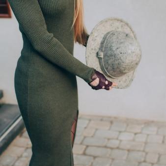 Блондинка в зеленом вязаном платье и шляпе