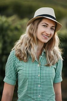 プロヴァンスフランスのブドウ園で帽子をかぶったブロンドの女性