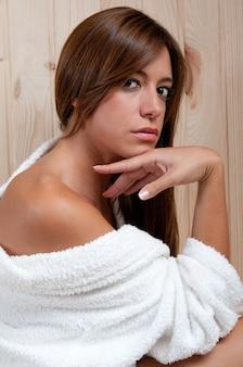 피부 치료 후 사우나나 스파에서 금발의 여자