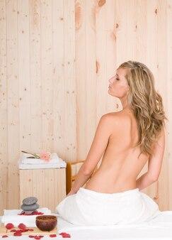 Блондинка в сауне или спа с обработкой кожи