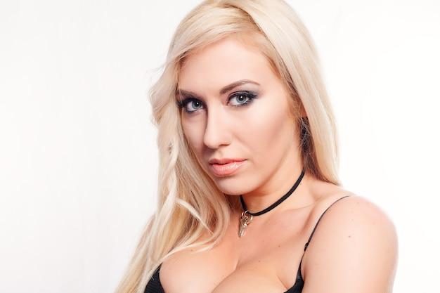 Блондинка в черном бикини на белом фоне