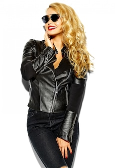 赤い唇とサングラスとカジュアルな黒服の金髪女性