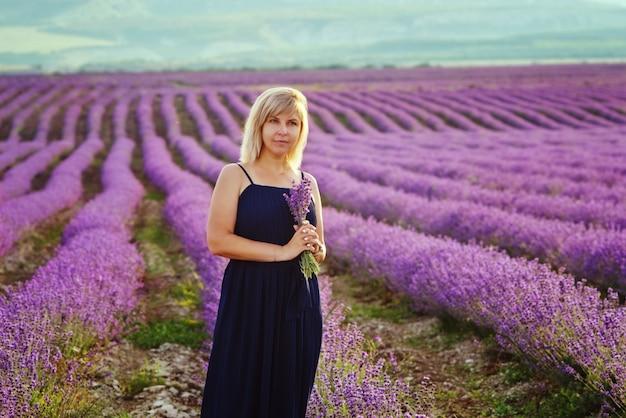 ラベンダー畑で金髪の女性