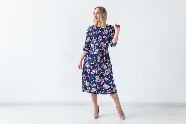夏のドレスのブロンドの女性