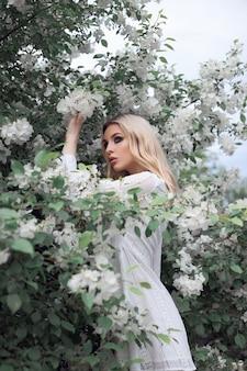 Блондинка летом в ветвях яблони