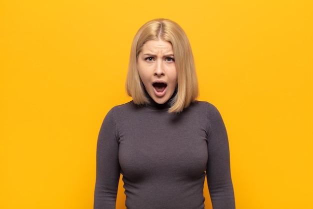ショックを受けた、怒っている、イライラした、または失望した、口を開けて激怒している金髪の女性