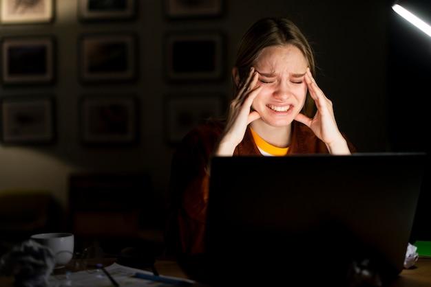 デスクでストレスを探している金髪の女性