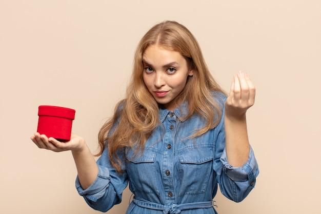 빚을 갚으라고 말하는 금발의 여인, capice 또는 돈 제스처!