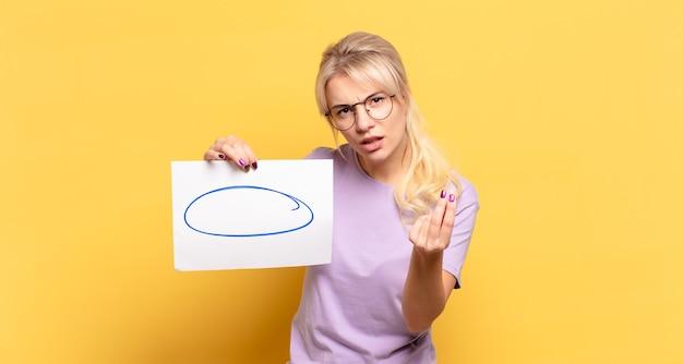 Блондинка делает каприз или денежный жест, говоря вам, чтобы вы заплатили свои долги!