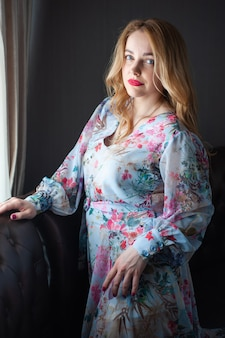 여름 드레스에 금발 여자 초상화