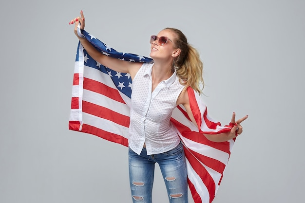 Блондинка женщина позирует с белым флагом сша