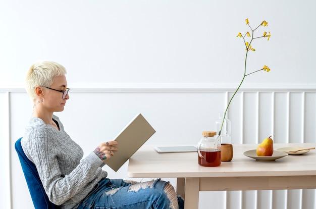 リヴィーニョの部屋で本を読んでいる金髪の女性