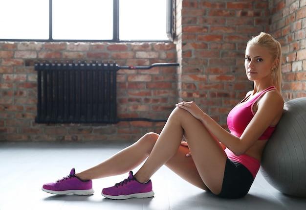 Блондинка отдыхает после тренировки.