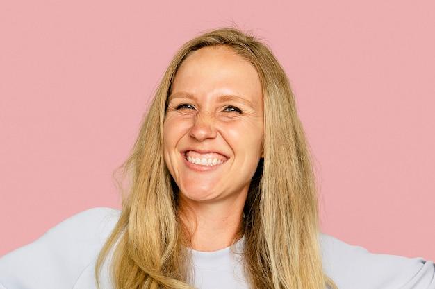 Блондинка женщина улыбается на розовом фоне