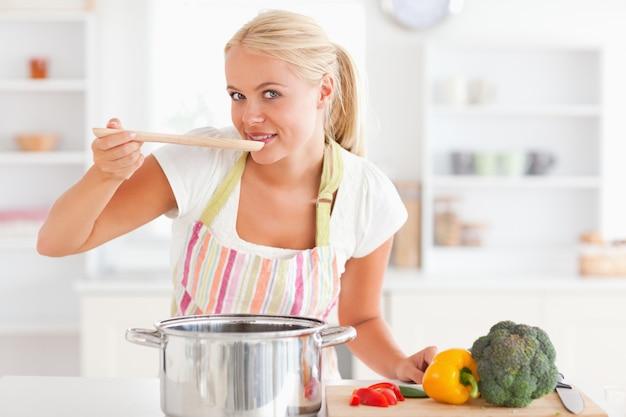 Блондинка дегустация ее еды