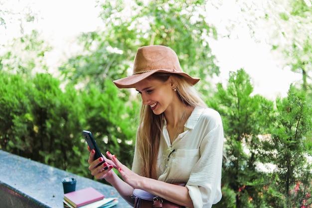 スマートフォンを使用してブロンドの女性