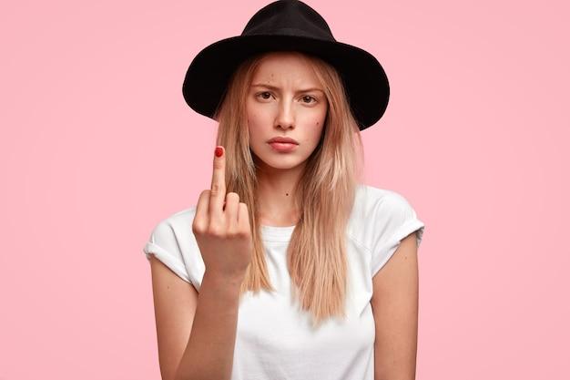 大きな帽子とカジュアルなtシャツを着ている金髪の女性
