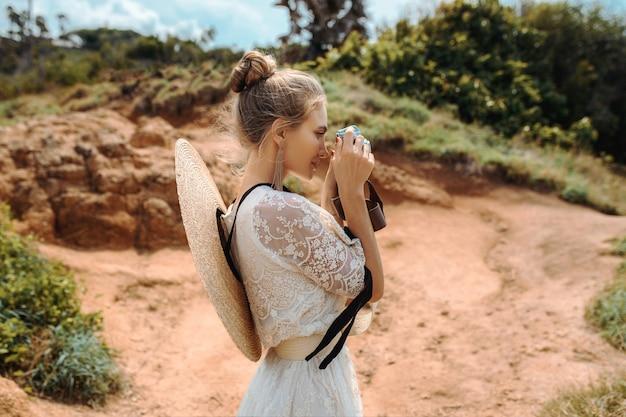 Блондинка с камерой на открытом воздухе
