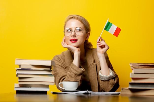 이탈리아와 노란색에도 서의 국기와 함께 금발 여자