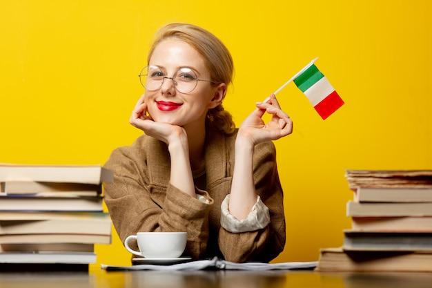 이탈리아와 노란색에도 서의 국기와 함께 금발 여자 프리미엄 사진