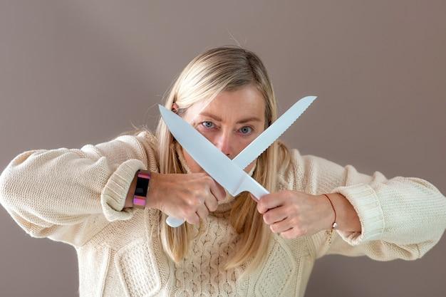 Блондинка с белыми ножами в руках