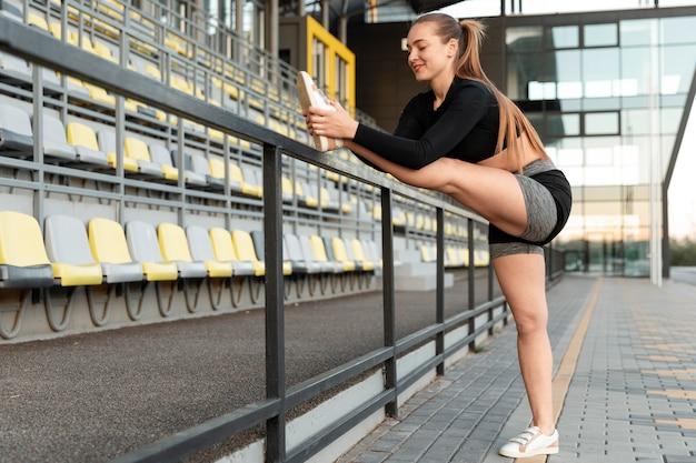 屋外で運動する金髪の女性