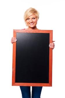 黒板と金髪の若い女性