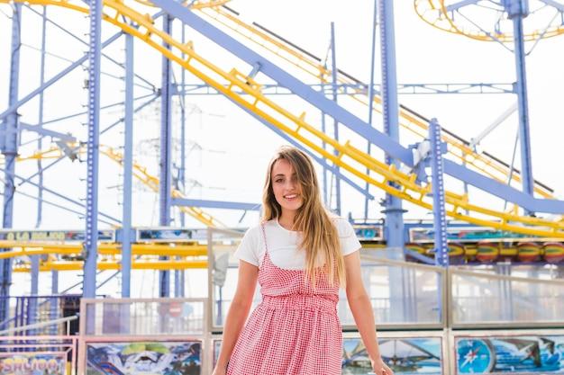 Блондинка молодая девушка в парке развлечений