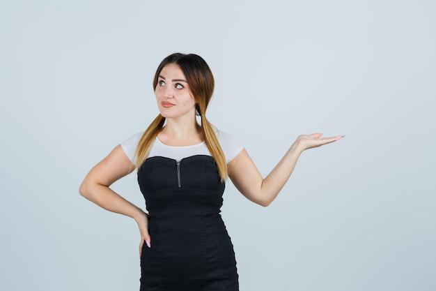 Блондинка молодая леди в платье жесты изолированные
